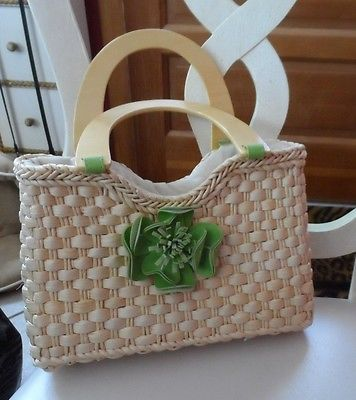 Straw handbag with adorable green flower on front