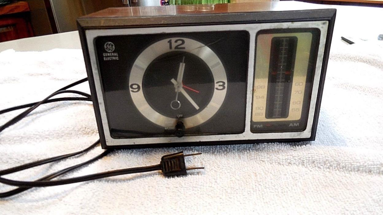 Vintage General Electric am/fm Alarm Clock Radio model 7-4501C Works