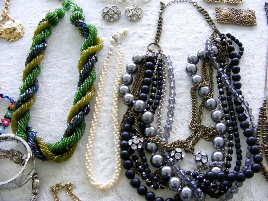 VTG 240+ PC Wholsesale Retro - Now Jewelry LOT Collection TONS of Necklaces !!