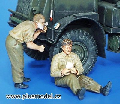 Plus Model 1:35 British Soldiers WWII Shaving & Resting Resin Figure Kit #158