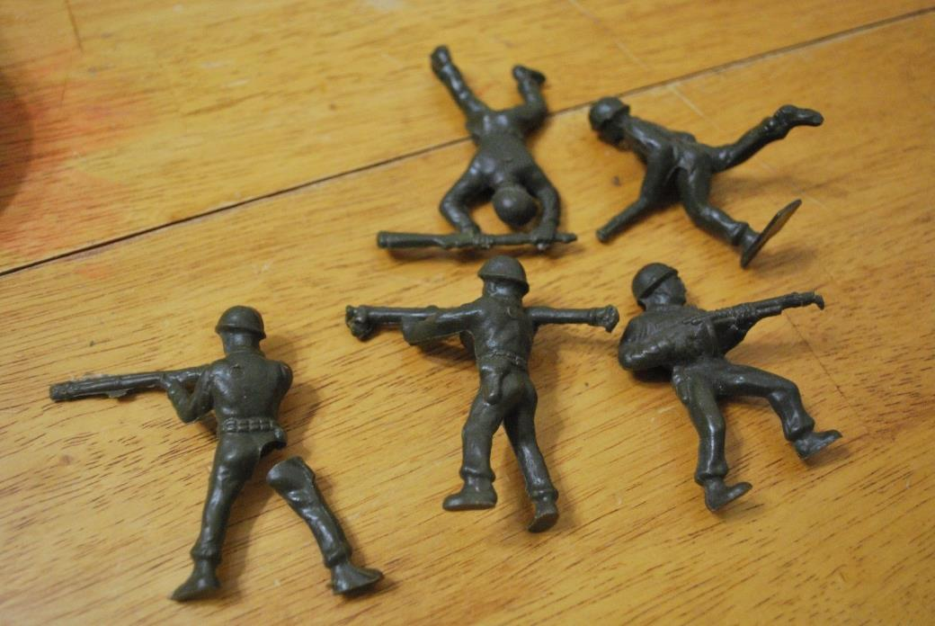 Lot of 4 Olive Green Army Men - 2 1/2 inch tall - larger - 1 with a broken leg