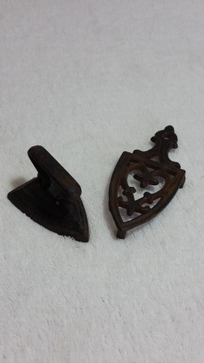 Vintage minature Cast Iron lot of 1 Iron  and 1 Trivet