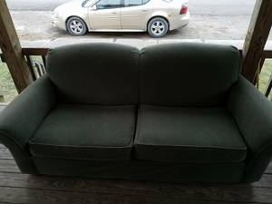 Nice, clean and comfy couch. Pick up in Philo or can deliver within re (Philo)