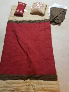 Queen size comforter, bed skirt, and throw pillows (Tualatin)