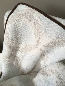 Beautiful Queen Quilt and shams -hand-stitched-used (Buhl)