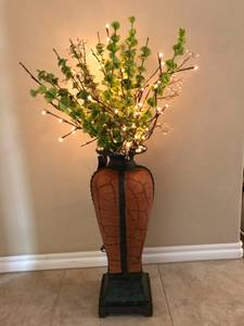 Carolyn Kinder lighted greenery in vase (Norman)