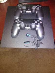 Excellent condition Ps4 TB1 Console with 2 wireless controllers (Columbus Ohio)