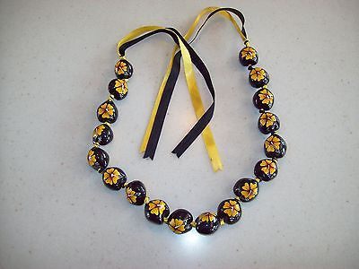 HAWAIIAN NECKLACE/LEI KUKUI NUT black with green yellow Hibiscus