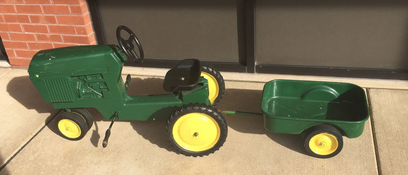 ERTL JOHN DEERE 520 TOY PEDAL TRACTOR WITH TRAILER