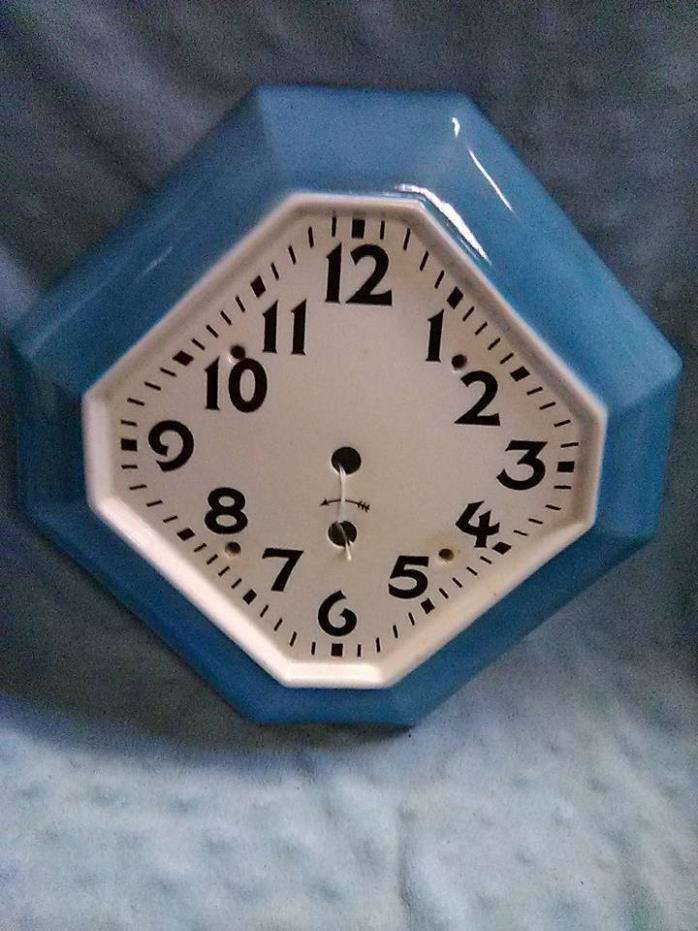 VINTAGE/RETRO PORCELAIN WALL CLOCK