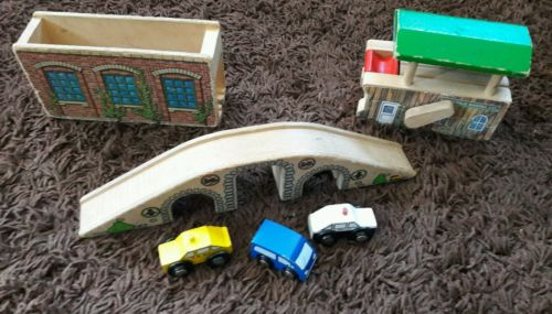 lot brio wood bridge, 2 train stations buildings, 3 wood cars
