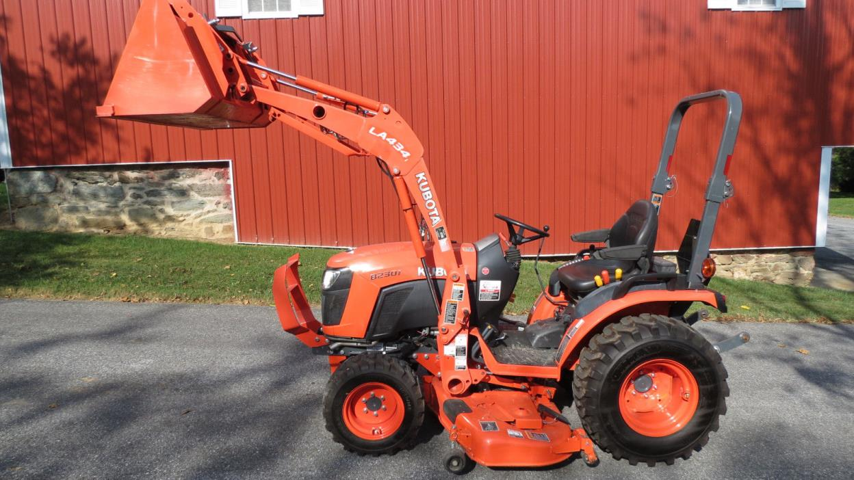2015 KUBOTA B2301 4X4 COMPACT UTILITY TRACTOR W/ LOADER & BELLY MOWER 81 HOURS!!