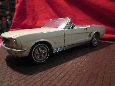 Danbury Mint 1966 Ford mustang Convertible 1/24 nice car missing antenna LOOSE