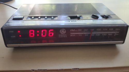 VINTAGE GE CLOCK RADIO--1980s--MODEL 7-4624---SHIPS FREE--TESTED & WORKING