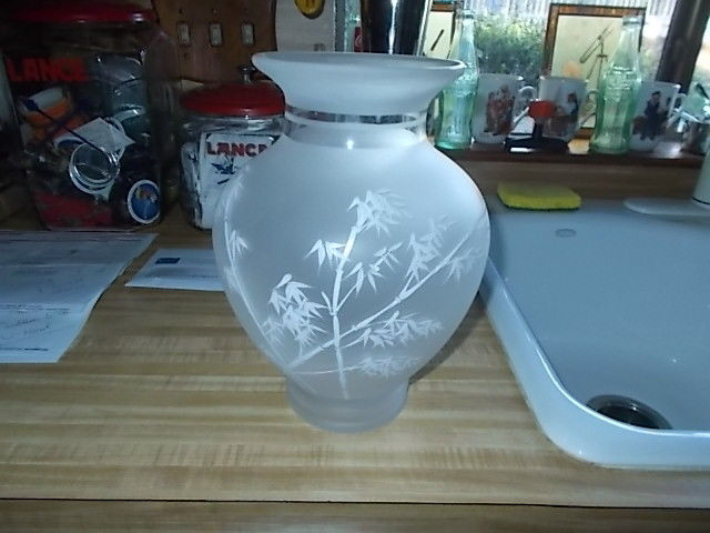 VINTAGE PIER 1 FROSTED VASE DECORATED WITH BAMBOO PICTURE 10