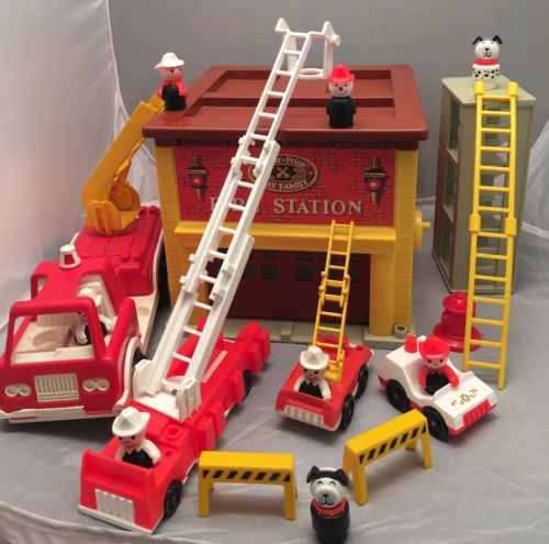 Vintage FISHER PRICE little people FIRE STATION/HOUSE #938 W EXTRAS & BOX