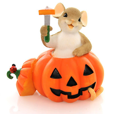 Charming Tails CARVING OUT HALLOWEEN HAPPINESS Polyresin Figurine 4046780
