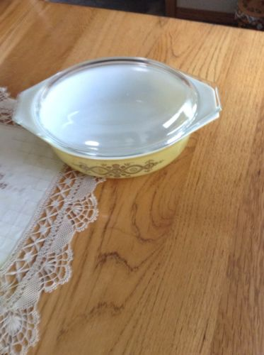 PYREX #043  1 1/2 QT CASSEROLE DISH/LID MUSTARD YELLOW WITH GOLD DESIGN