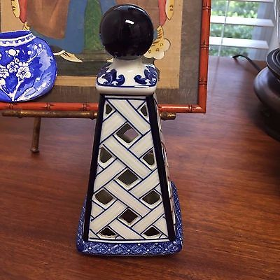 CHINOISERIE CHINESE BLUE AND WHITE PORCELAIN TRELLIS OBELISK PAGODA TOWER