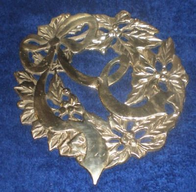 HEAVY METAL ORNATE CHRISTMAS WREATH TRIVET HOT PLATE -  GOLD IN COLOR - USED