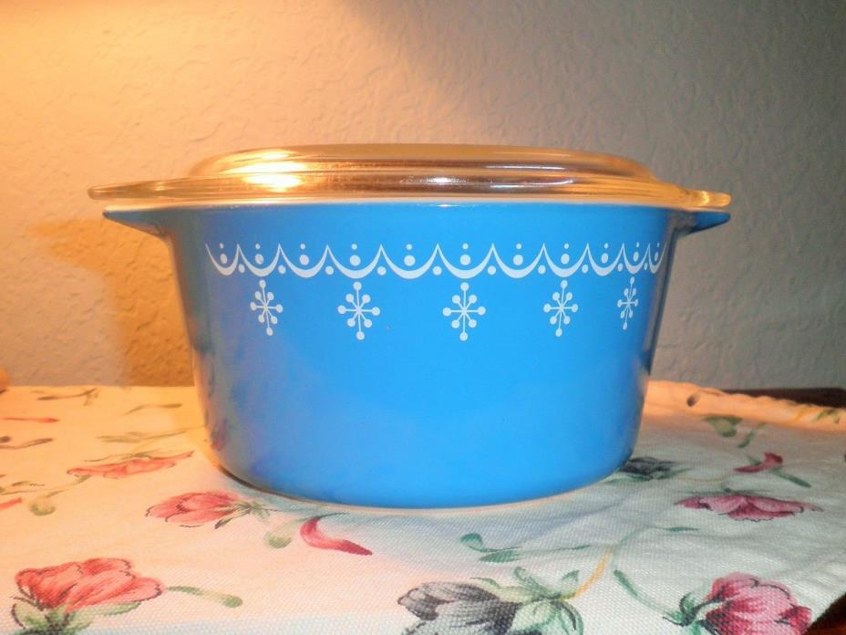 VINTAGE PYREX SNOWFLAKE BLUE AND WHITE 1 QT. CASSEROLE AND LID