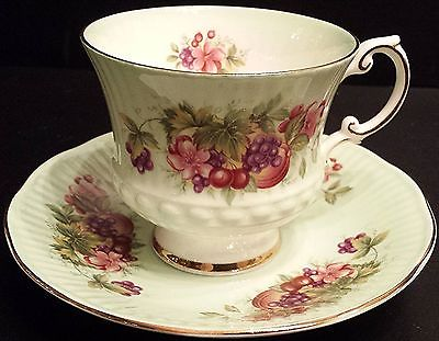 Elizabethan Tea Cup Fine Bone China England Green Grapes / Fruits / Floral