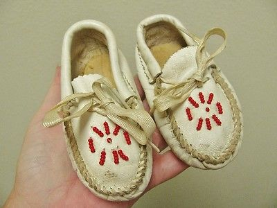 ANTIQUE VINTAGE CHILD'S DOLL BEADED WHITE LEATHER MOCCASSINS, 4 1/2