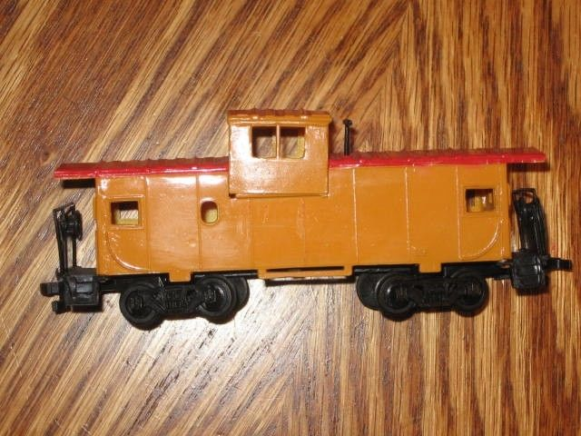 HO SCALE YELLOW CABOOSE