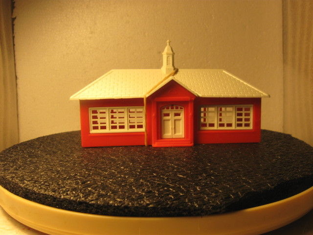 LITTLE RED SCHOOLHOUSE BY BACHMANN  'HO' MODEL R.R.ROLLING STOCK  BLDNGS