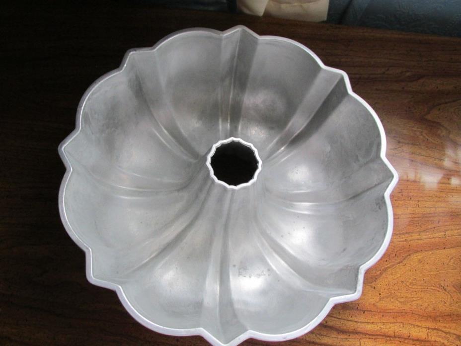 VINTAGE  CAST ALUMINUM BUNDT CAKE PAN