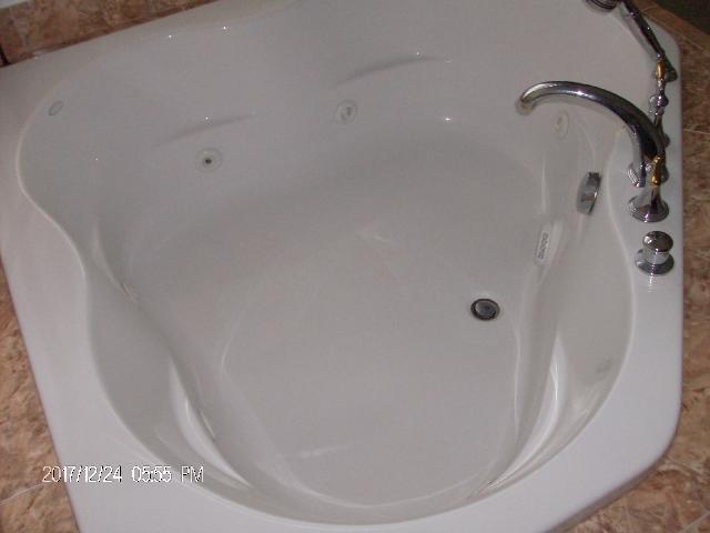 Kohler Corner Jetted Wirlpool Bathtub