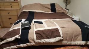 Queen bedding set like new (Colfax)