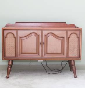 Vintage Magnavox Turntable and receiver. (Lagrange Louisville)