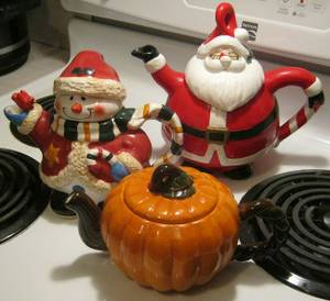 LAST CHANCE! Must sell these Holiday Teapots by Sunday... (Homestead)