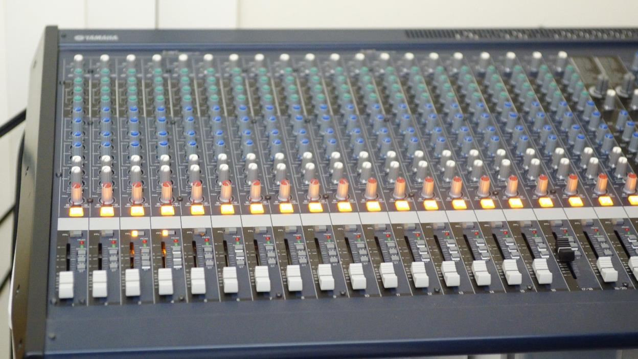 Yamaha MG24/14FX 24 Channel 14 Bus Mixer with Dual EFX, 4 band EQ