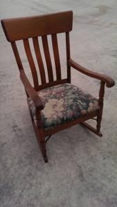 Exquisite Oak Antique Rocking Chair (Boerne)