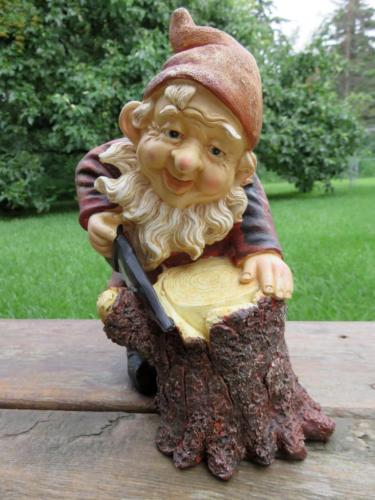 9 INCH GARDEN GNOME SAWING WOOD NOME GARDEN SAW NOME LAWN ORNAMENT YARD DECOR