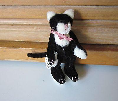 Boyds Black & White Cat Wuzzie------TABBY F. WUZZIE