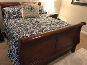 Queen Sleigh Bed - Solid Wood (Puyallup)