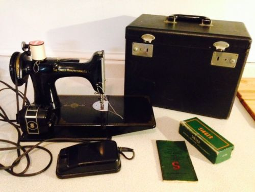 Singer Featherweight Portable Electric Sewing Machine 221-1, Superb Condition
