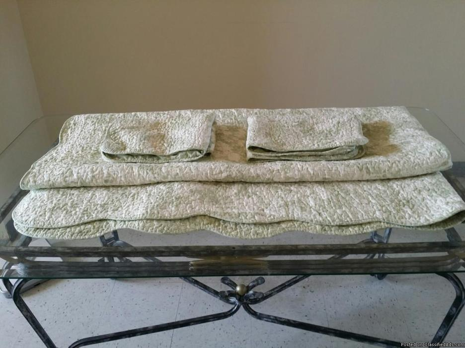 Designer full size bed cover with matching shams new