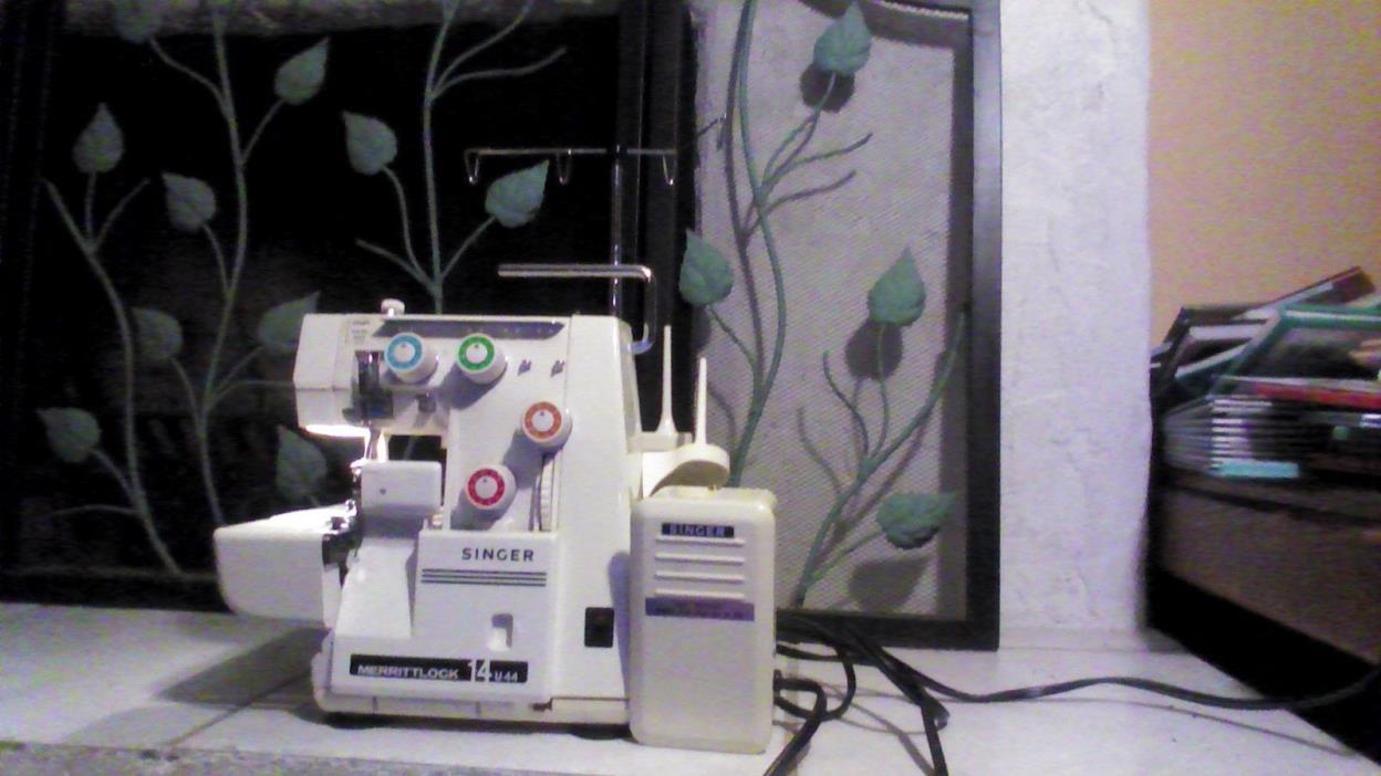 Singer Merrittlock 14U44 Serger Sewing Machine w/ Pedal, Books, Threads