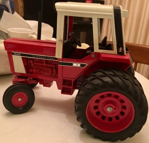 1/18 INTERNATIONAL HARVESTER 1586 TRACTOR IN EXCELLENT ORIGINAL CONDITION