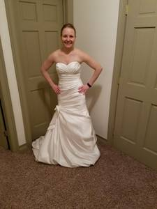 Wedding dress for sale - never worn or altered (Saint Clairsville)