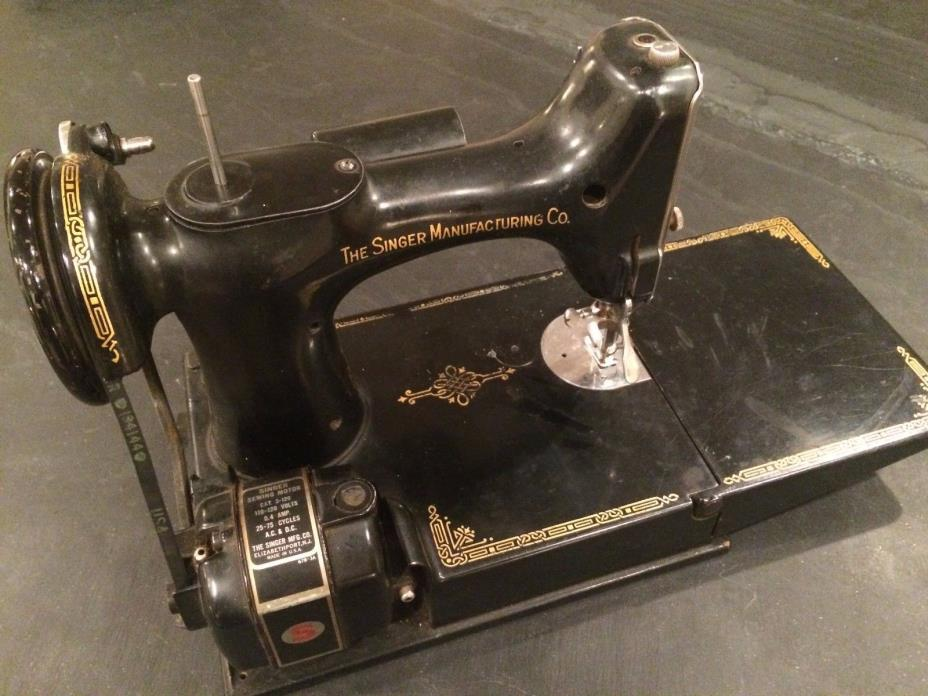 Antique SINGER FeatherWeight Sewing Machine 678 3A
