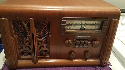 VINTAGE SUPERB LOOKING SILVERTONE WOOD RADIO