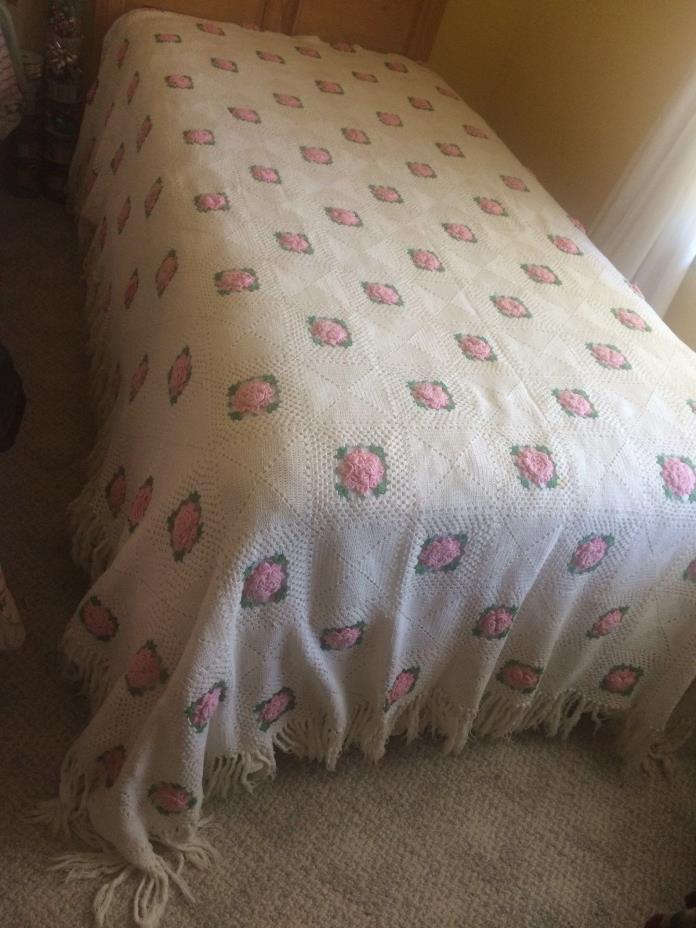 Vintage Knitted Rosebud Twin/Full Bedspread w/Fringe White Pink Green