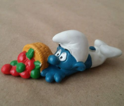 Vintage 1983 Smurfs Smurf falling basket of Apples friut clumsy  Figurine Toy