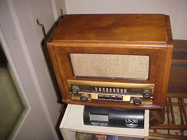 Vintage Sears Silvertone AM Tube Radio in Beautiful wood Walnut case works great