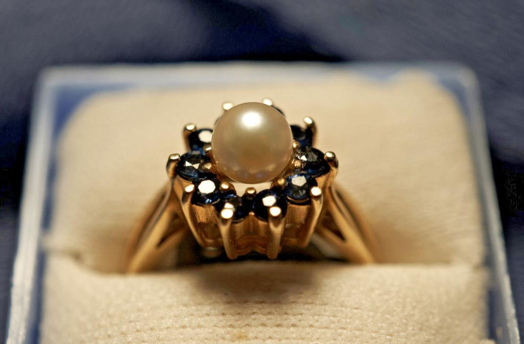 Yellow 14K Gold Pearl Ring and 10 Blue Sapphires (4.3 Grams)